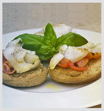 Crostini di merluzzo con pomodorini, aglio e basilico_finito