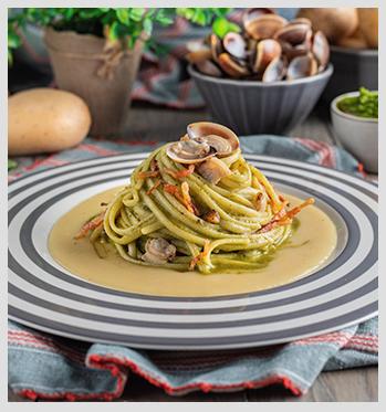 Linguine-con-crema-di-patate,-pesto-di-basilico,-Vongole-e-pancetta-in-tavola